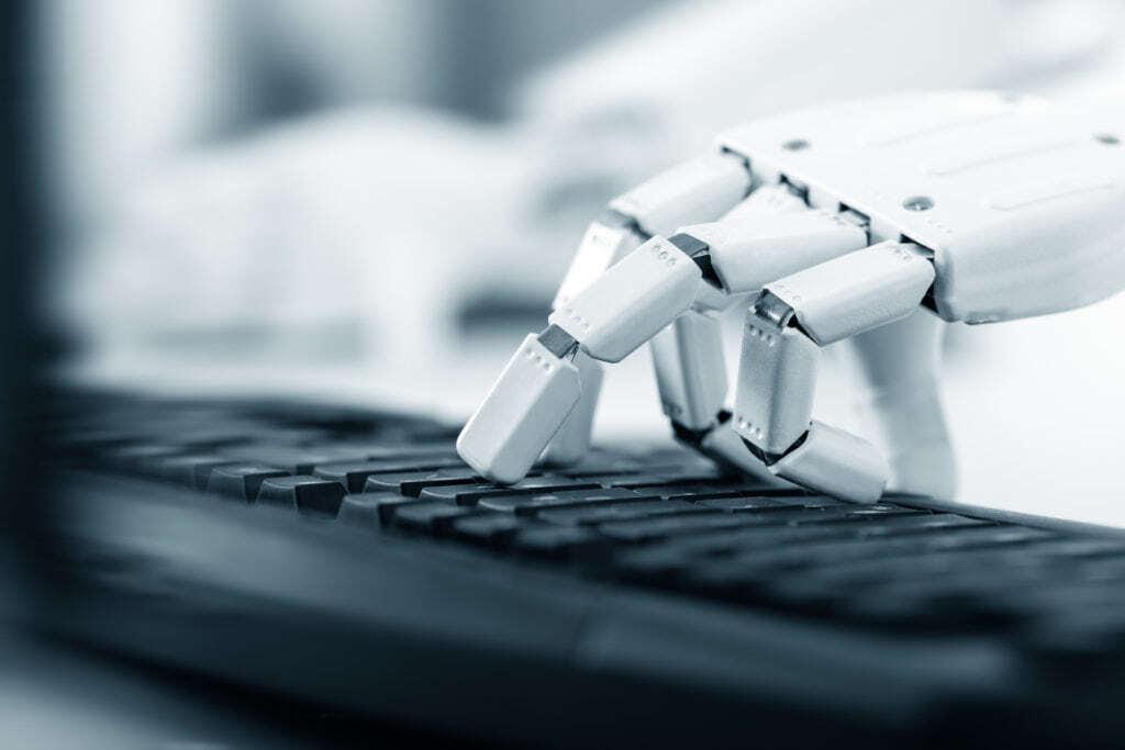 Schon heute sind Unternehmen in vielen Bereichen mit automatisierten Prozessen vertraut. Im Marketing- und Medien-Umfeld spielt Automatisierungstechnologie schon seit einigen Jahren eine Rolle, um Datenströme zu bündeln, Besucherzahlen auf Webseiten zu maximieren und Content zu produzieren. Im modernen Journalismus geht das Teilweise zu Lasten der Qualität von Inhalten. Warum Textroboter dieses Problem lösen können.