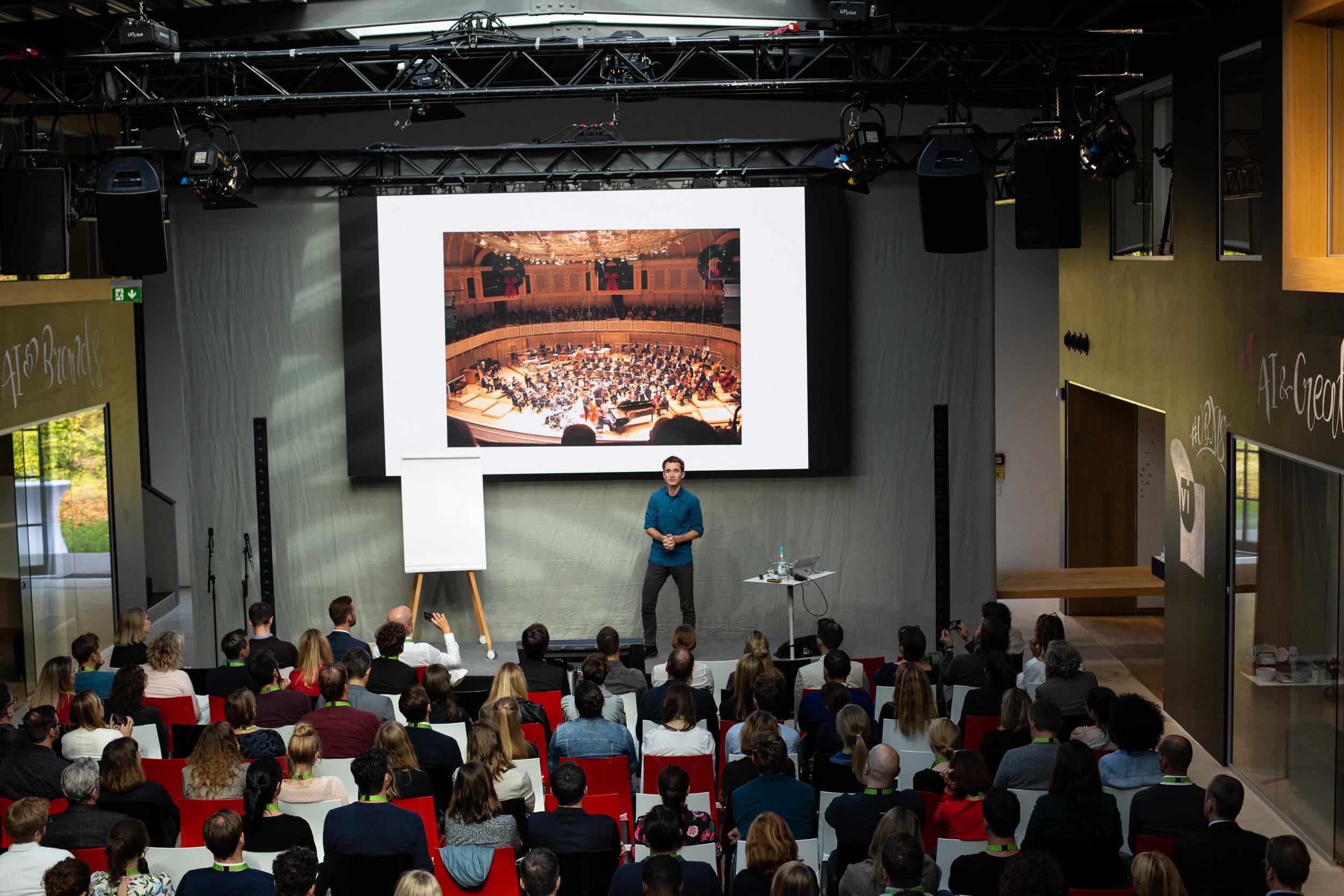 """Die UBX Konferenz wurde von Ralf Heller, Vorstand der Virtual Identity AG, initiiert. UBX steht für """"Useful Brand Experiences"""". Die Konferenz findet seit 2015 statt zeigt, wie die Leistungsfähigkeit und Vielfalt digitaler Lösungen und Prozesse genutzt werden kann, um lohnende Markenerlebnisse zu schaffen Die UBX19 steht unter dem Motto """"Creating Digital Opportunities"""" und kombiniert inspirierende Keynotes sowie innovative Digitalisierungsfälle aus aller Welt."""